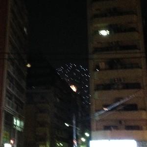 ビルの間からこんにちわした花火